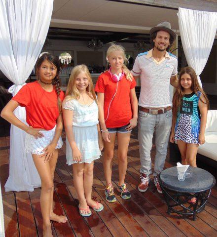 Bret Roberts e alcuni giovani attori del cast