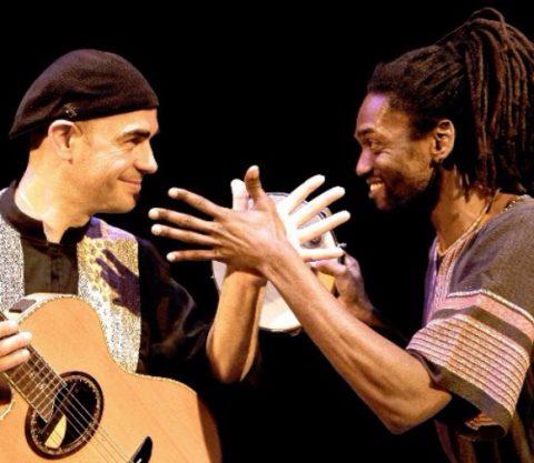 Il mago della chitarra acustica Antonio Forcione e un percussionista brasiliano per un'emozionante serata jazz-world al Jazz Cat Club