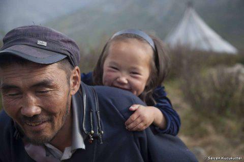 Mongolia: caccia vietata ai pastori di renne nel nome della conservazione