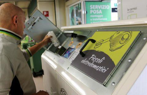 RAEE, l'Uno contro Zero è legge: i piccoli rifiuti elettronici si portano in negozio